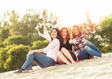 Молодые женщины имея потеху outdoors на пляже Стоковое Изображение RF