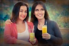 Молодые женщины имея свежее питье совместно Стоковые Фотографии RF