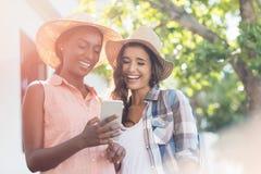 Молодые женщины используя мобильный телефон Стоковое Изображение