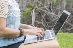 молодые женщины используя портативный компьютер дома Стоковое Фото