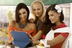 Молодые женщины используя таблетку Стоковая Фотография RF
