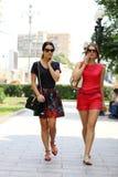 молодые женщины идя в город лета Стоковые Фотографии RF
