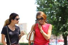 молодые женщины идя в город лета Стоковые Фото