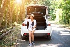 Молодые женщины идя в лес, наслаждаясь каникулами, Стоковые Фотографии RF