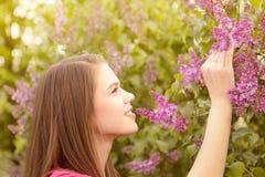 Молодые женщины идя снаружи в парк Стоковая Фотография RF