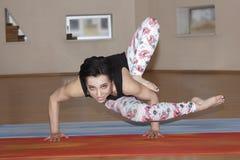 Молодые женщины моды делают йогу Стоковая Фотография