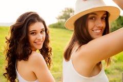 Молодые женщины наслаждаясь природой Стоковые Фотографии RF