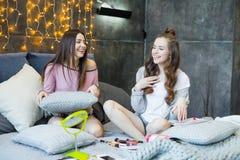 Молодые женщины на кровати Стоковое фото RF