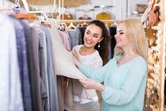 Молодые женщины на магазине одеяния Стоковые Изображения