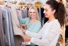 Молодые женщины на магазине одеяния Стоковые Изображения RF