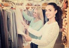 Молодые женщины на магазине одеяния Стоковая Фотография RF
