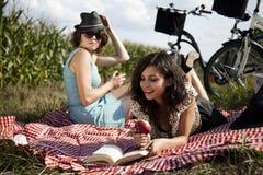 Молодые женщины на пикнике природы Стоковая Фотография
