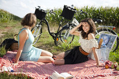 Молодые женщины на пикнике природы Стоковое Изображение