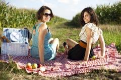 Молодые женщины на пикнике природы Стоковое фото RF