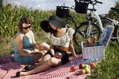 Молодые женщины на пикнике природы Стоковые Изображения