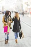 Молодые женщины на улице Стоковые Изображения