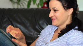Молодые женщины дома используя планшет видеоматериал