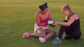 Молодые женщины осматривая на vr headsed в руках Друзья женщин рассматривают прибор vr видеоматериал