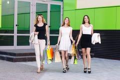 Молодые женщины после ходить по магазинам Стоковые Фотографии RF