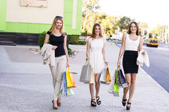 Молодые женщины после ходить по магазинам Стоковая Фотография