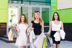 Молодые женщины после ходить по магазинам Стоковое Изображение RF