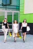 Молодые женщины после ходить по магазинам Стоковое Изображение