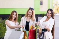 Молодые женщины после ходить по магазинам Стоковые Фото