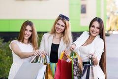 Молодые женщины после ходить по магазинам Стоковое фото RF
