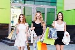 Молодые женщины после ходить по магазинам Стоковое Фото