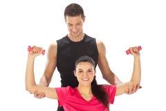 Женщина при ее личный тренер пригодности работая с весами Стоковое фото RF