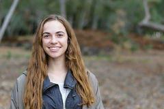 Молодые женщины представляют outdoors усмехаться Стоковая Фотография RF