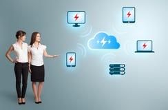 Молодые женщины представляя вычислительную цепь облака Стоковые Изображения RF