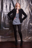 Молодые женщины представляя на предпосылке целлофана Стоковое Изображение RF