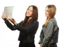 Молодые женщины принимая автопортрет Стоковые Изображения RF