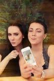 Молодые женщины принимая смешное Selfie совместно Стоковые Изображения
