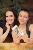 Молодые женщины принимая смешное Selfie совместно Стоковое Изображение