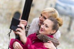 Молодые женщины принимая selfie Стоковые Изображения RF