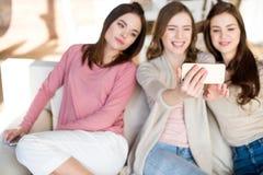 Молодые женщины принимая selfie Стоковые Фотографии RF