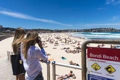 Молодые женщины пляжа Bondi Стоковая Фотография