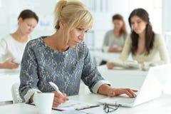Молодые женщины работая на офисе Стоковые Фото