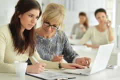 Молодые женщины работая на офисе Стоковое Фото