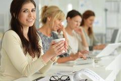 Молодые женщины работая на офисе Стоковая Фотография