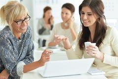 Молодые женщины работая на офисе Стоковое Изображение RF
