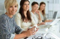 Молодые женщины работая на офисе Стоковое Изображение