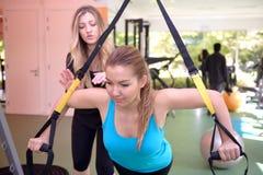Молодые женщины разрабатывая в спортзале Стоковые Изображения
