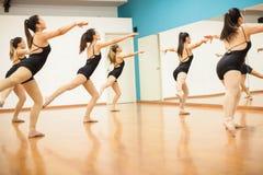 Молодые женщины репетируя режим танца Стоковая Фотография