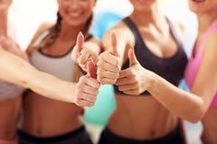 Молодые женщины собирают отдыхать на спортзал после разминки стоковая фотография rf