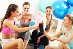 Молодые женщины собирают отдыхать на спортзал после разминки стоковые изображения rf