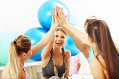 Молодые женщины собирают gicing максимум 5 на спортзал после разминки Стоковое фото RF