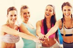 Молодые женщины собирают gicing максимум 5 на спортзал после разминки Стоковая Фотография